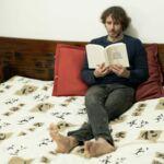 La foto mostra Francesco Trento in un momento di relax, sdraiato in camera sua mentre legge un romanzo di Tiffany McDaniel.